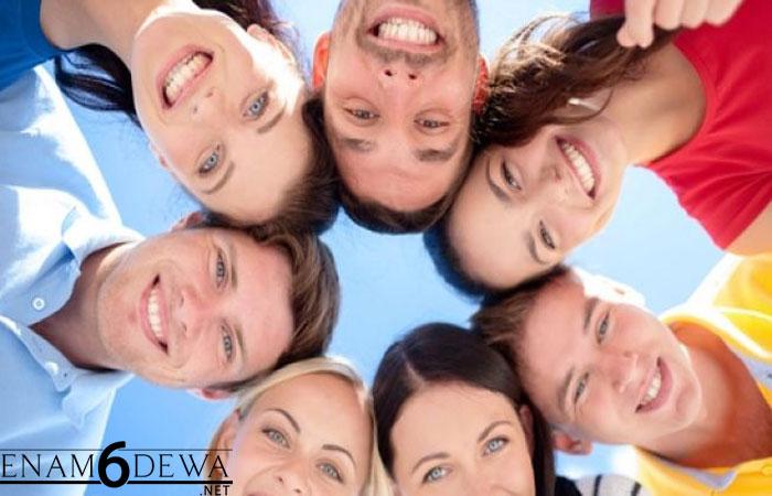 Aneh Tapi Nyata, 5 Kebiasaan Ini Bisa Menular Pada Orang lain Lho!